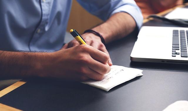 content curator escribiendo plan